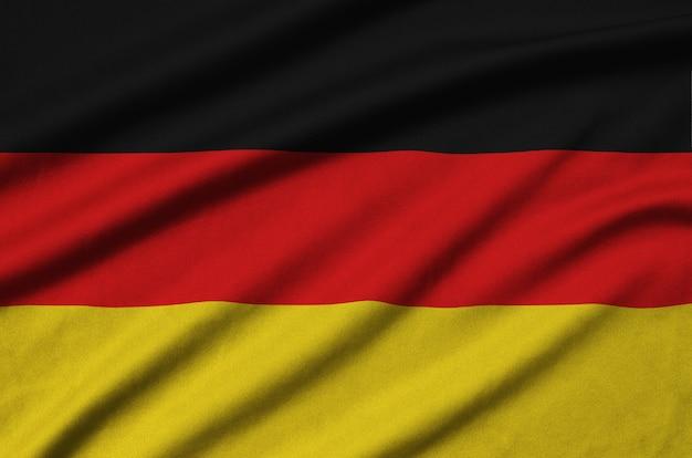 Flaga niemiec jest przedstawiona na sportowej tkaninie z wieloma zakładkami.