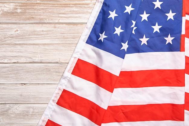 Flaga obu ameryk z białym drewnem