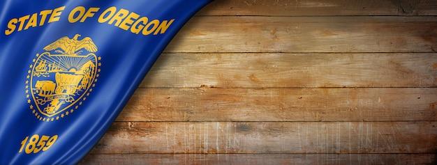 Flaga oregonu na starej ścianie z drewna, usa. ilustracja 3d