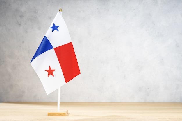 Flaga panamy na białej ścianie z teksturą. skopiuj miejsce na tekst, projekty lub rysunki
