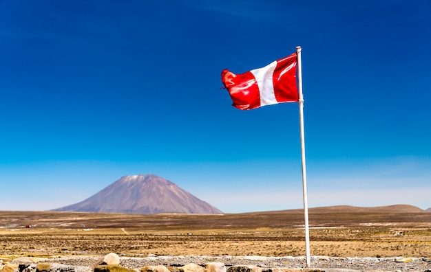 Flaga peru i wulkan misti w andach, region arequipa w peru