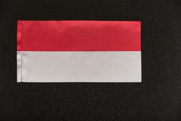 Flaga polski na czarnym tle.