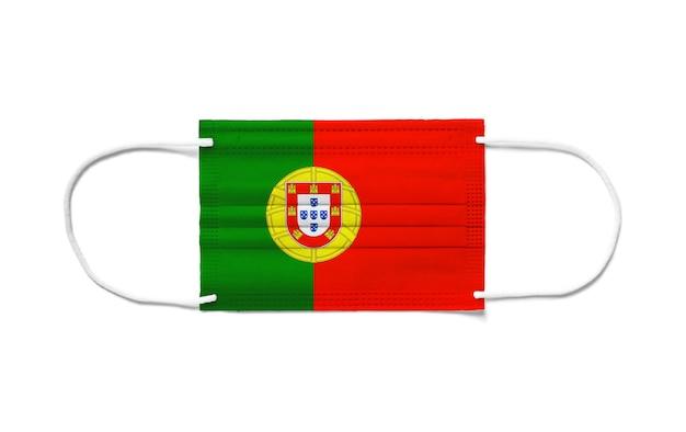 Flaga portugalii na jednorazowej masce chirurgicznej. białe tło na białym tle