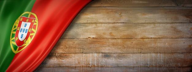 Flaga portugalii na ścianie z drewna vintage. poziomy baner panoramiczny.