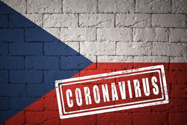 Flaga republiki czeskiej o oryginalnych proporcjach. opieczętowane koronawirusem. cegła ściana tekstur. koncepcja wirusa koronowego. na skraju pandemii covid-19 lub 2019-ncov.