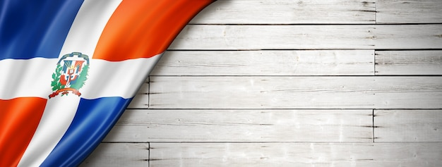 Flaga republiki dominikańskiej na starej białej drewnianej podłodze
