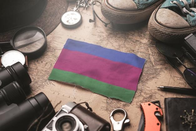 Flaga republiki ludowej kuban między akcesoriami podróżnika na starej mapie vintage. koncepcja miejsca turystycznego.