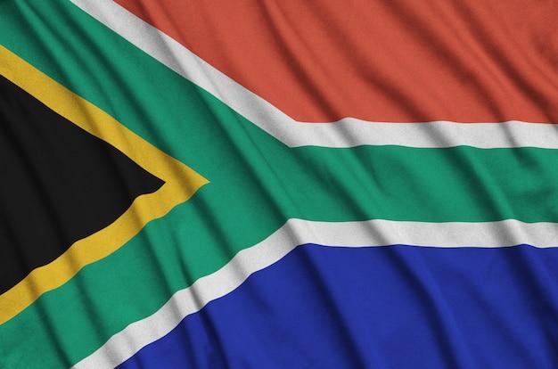 Flaga republiki południowej afryki jest przedstawiona na sportowej tkaninie z wieloma zakładkami.