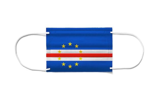 Flaga republiki zielonego przylądka na jednorazowej masce chirurgicznej. biała powierzchnia na białym tle