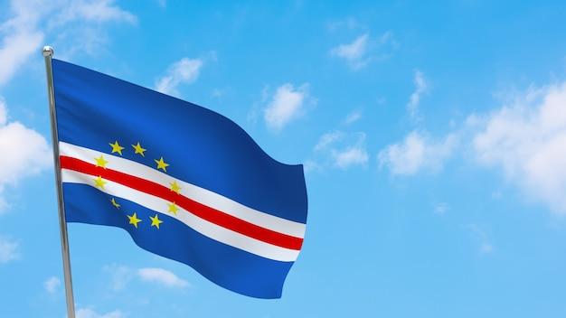Flaga republiki zielonego przylądka na słupie. niebieskie niebo. flaga narodowa republiki zielonego przylądka