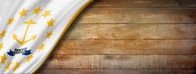 Flaga rhode island na starym drewnianym ścianie, usa. ilustracja 3d