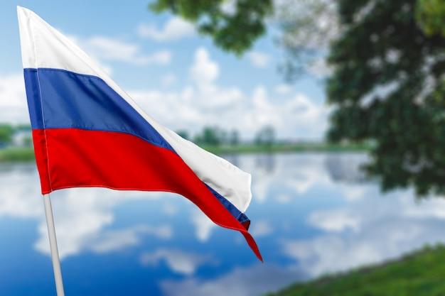 Flaga rosji przeciw błękitne niebo