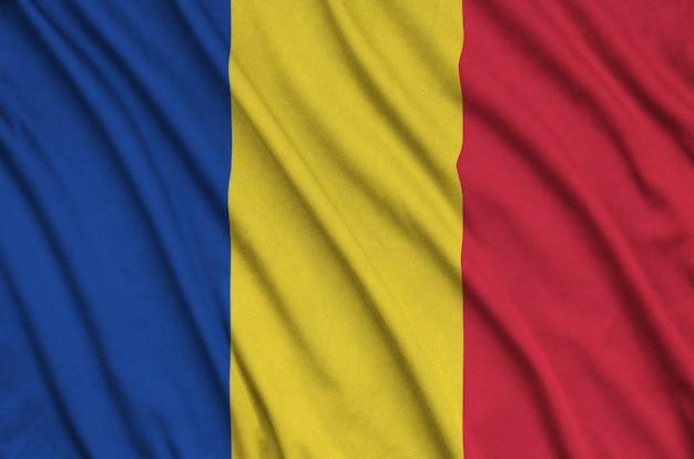 Flaga rumunii jest przedstawiona na sportowej tkaninie z wieloma zakładkami. drużyna sportowa