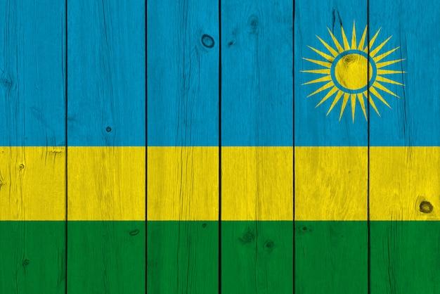 Flaga rwandy namalowana na starej desce