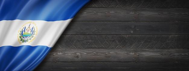 Flaga salwadoru na czarnej ścianie z drewna