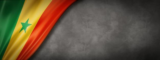 Flaga senegalu na betonowej ścianie. poziomy baner panoramiczny. ilustracja 3d