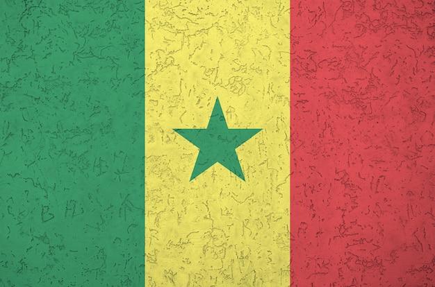 Flaga senegalu przedstawiona w jasnych kolorach farby na starej ścianie tynkowej reliefowej. teksturowane transparent na szorstkim tle
