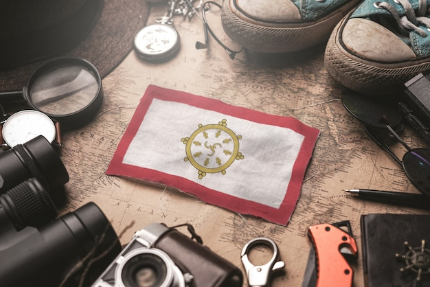 Flaga sikkim między akcesoriami podróżnika na starej mapie vintage. koncepcja miejsca turystycznego.
