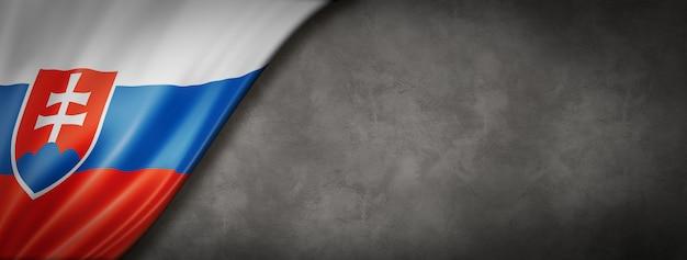 Flaga słowacji na betonowej ścianie. poziomy baner panoramiczny. ilustracja 3d