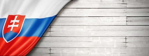 Flaga słowacji na starej białej ścianie. poziomy baner panoramiczny.