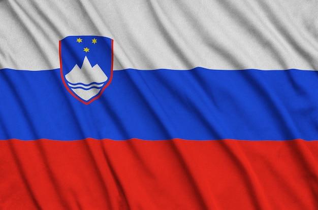 Flaga słowenii jest przedstawiona na sportowej tkaninie z wieloma zakładkami.