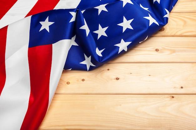 Flaga stanów zjednoczonych ameryki na drewnie, święto usa weteranów, pomnik, niepodległości i święto pracy.