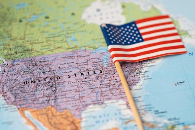 Flaga stanów zjednoczonych ameryki na mapie świata.