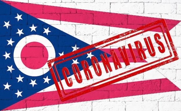 Flaga stanu ohio malowane na tle ściany z cegły nieczysty. z pieczątką coronavirus, pomysł i koncepcja opieki zdrowotnej, epidemii i choroby w usa