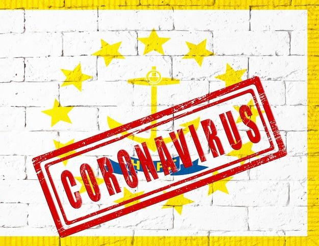 Flaga stanu rhode island malowane na tle ściany z cegły nieczysty. z pieczątką coronavirus, pomysł i koncepcja opieki zdrowotnej, epidemii i choroby w usa
