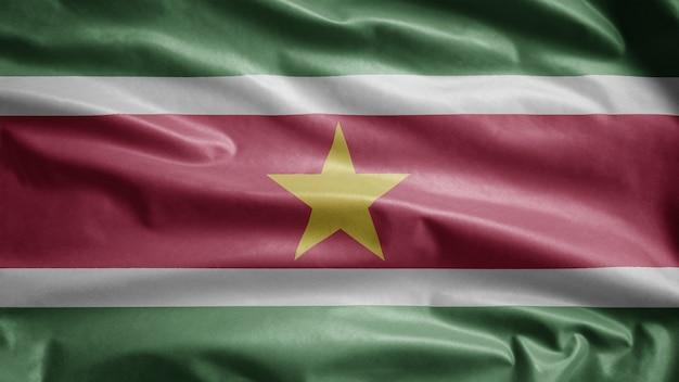 Flaga surinamu na wietrze. zbliżenie na szablon surinam dmuchanie, miękki i gładki jedwab.
