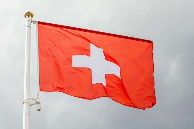 Flaga szwajcarii macha na wietrze