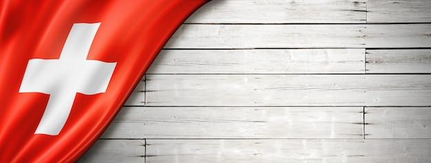 Flaga szwajcarii na starej białej ścianie