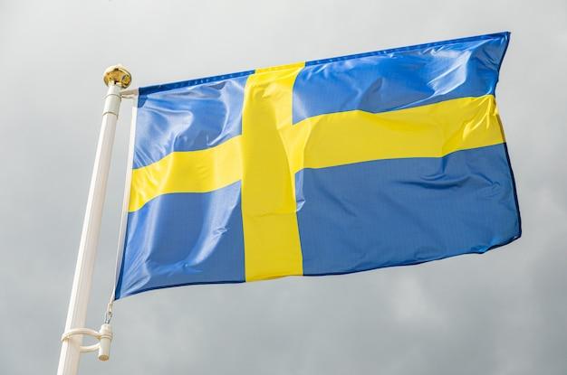 Flaga szwecji macha na wietrze