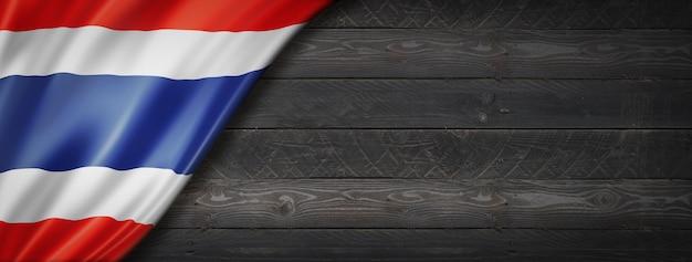 Flaga tajlandii na czarnej ścianie z drewna. poziomy baner panoramiczny.