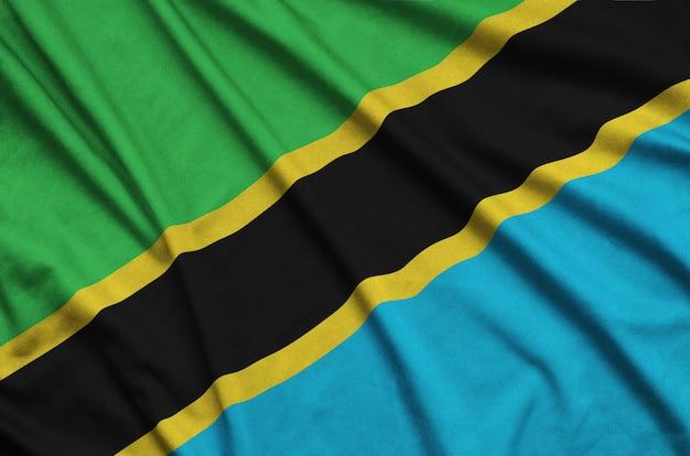 Flaga tanzanii jest przedstawiona na sportowej tkaninie z wieloma zakładkami.