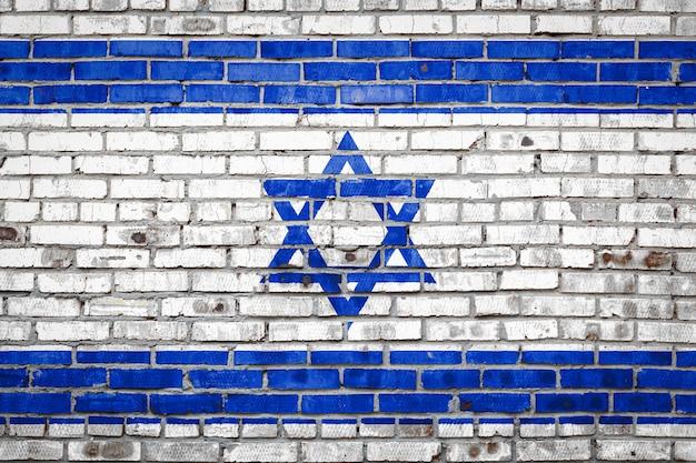 Flaga transparent na mur z cegły.