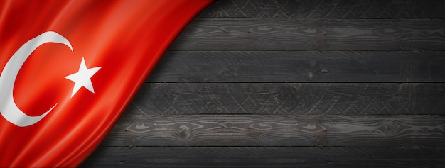 Flaga turcji na czarnej ścianie z drewna. poziomy baner panoramiczny.