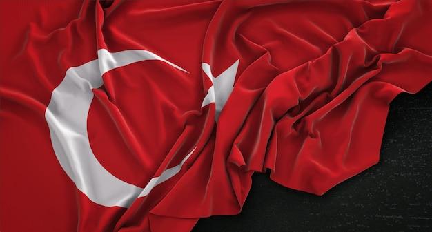Flaga turcji pomarszczony na ciemnym tle renderowania 3d