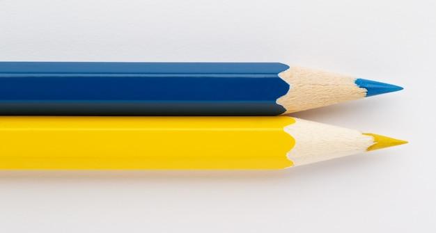 Flaga ukrainy wykonana z kolorowych drewnianych ołówków