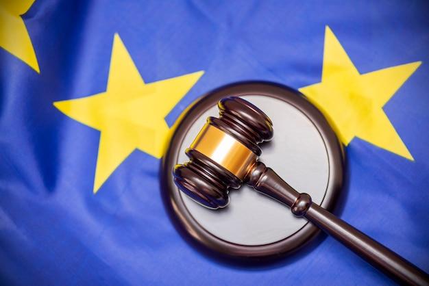 Flaga unii europejskiej i sędziów drewniany młotek na górze, zdjęcie koncepcyjne o sądzie i sprawiedliwości
