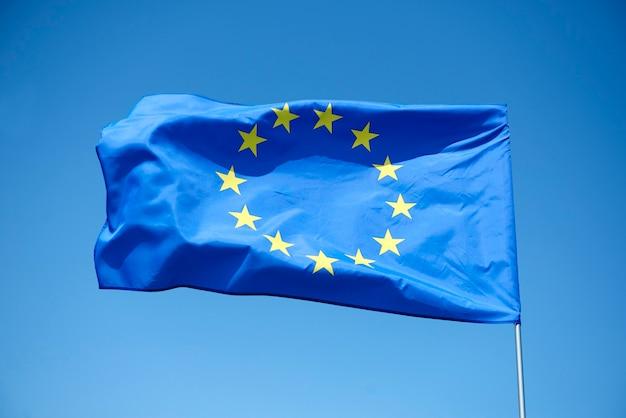 Flaga unii europejskiej na niebieskim tle