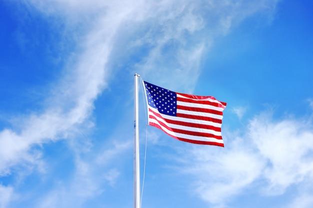 Flaga usa na błękitne niebo bliska