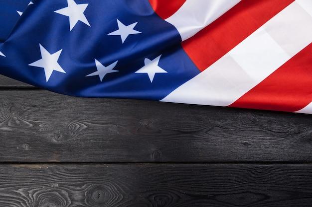 Flaga usa na ciemnym drewnianym stole
