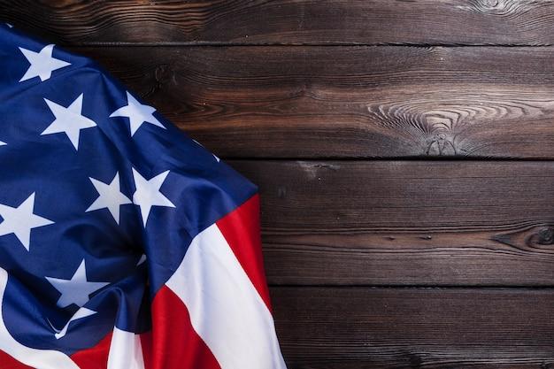 Flaga usa na ciemnym tle drewniany stół