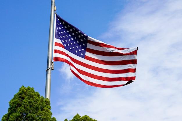 Flaga usa na niebieskim niebie
