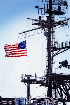 Flaga usa powiewa na statku bojowym
