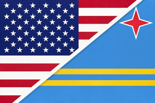 Flaga usa vs aruba z tkaniny. związek między dwoma krajami amerykańskimi i karaibskimi.