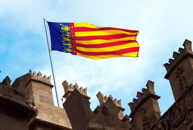 Flaga walencji na szczycie lonja de la seda. walencja