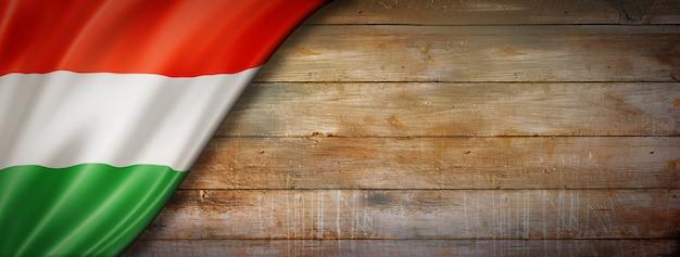 Flaga węgier na ścianie rocznika drewna