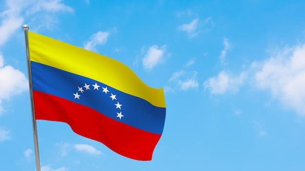 Flaga wenezueli na słupie. niebieskie niebo. flaga narodowa wenezueli